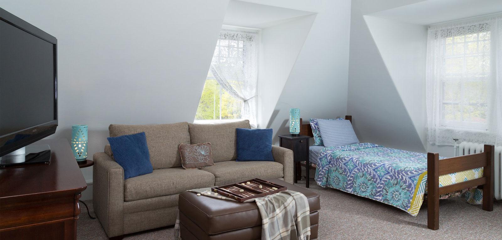Admiral Sims' Suite Room, Sofa and TV | ADMIRAL SIMS B&B, Newport Rhode Island